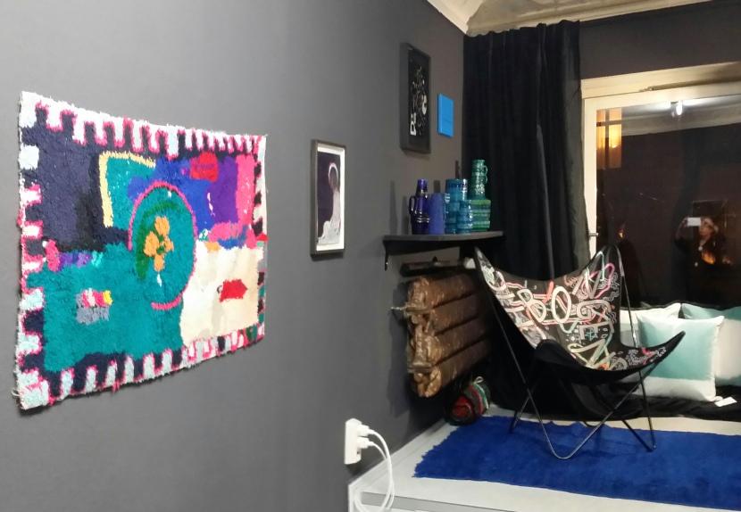 keepers lounge vol.1: Teppiche Bu Sherwit, Beni Mguild (Cortesy Wild Teppich- und Textilkunst). Butterfly Chair by Ferrai-Hardoy, Kurchan und Bonet-Original by Knoll, ca. 1070, (Privatsammlung Berlin). Keramikvasen 1960er/1970er Jahre (Privatsammlung Berlin). Kissenbezüge: Cozy Horizon by  Wiedemann/Mettler. Wandfarbe Luna by Schöner Wohnen