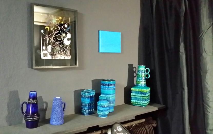 Bilduntertitel: keepers lounge vol. 1: Keramikvasen 1960er und 1970er Jahre (Privatsammlung Berlin). Auf der Wand Arbeiten von Marco Meiran und Olivia Berckemeyer. Wandfarbe Luna by Schöner Wohnen